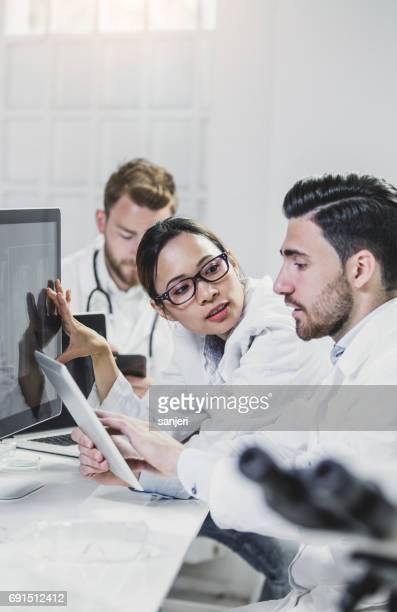 Images de discuter radiologiques de médecins sur écran d'ordinateur