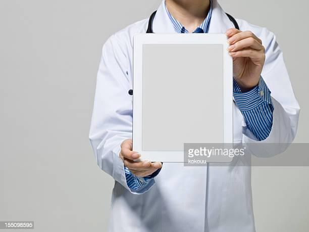 Arzt untersucht den mobilen tablet PC