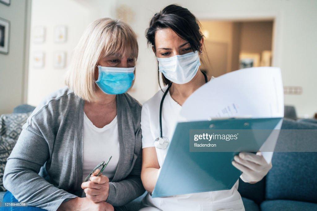 Doktersbezoek tijdens quarantaine : Stockfoto