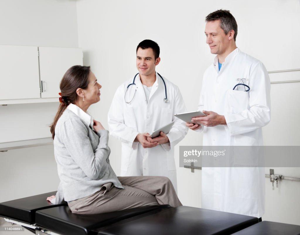 Doctors in conversation with patient : Bildbanksbilder