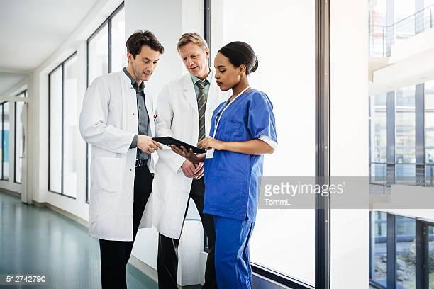 Médicos no corredor