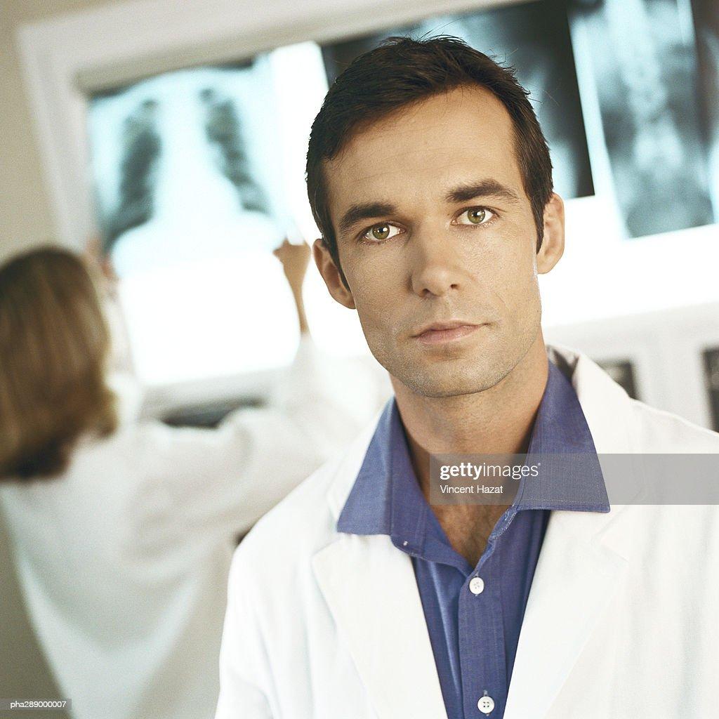 Doctors in x-ray lab : Stockfoto