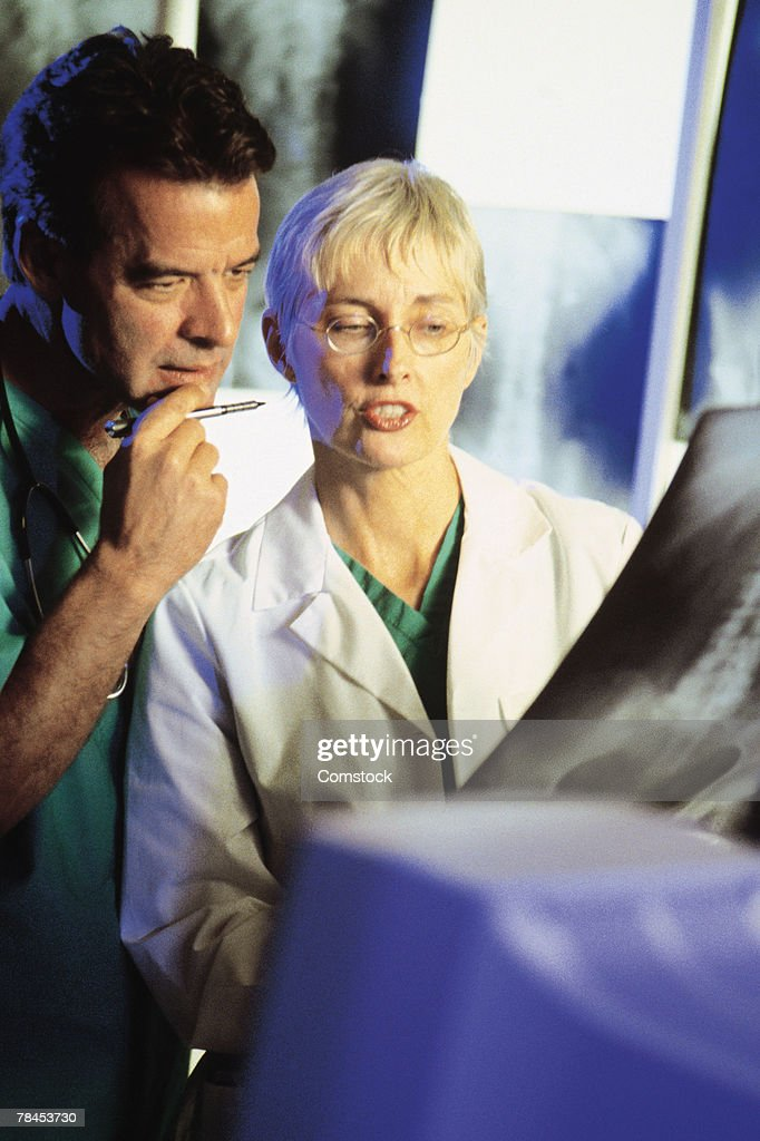 Doctors looking at x-ray : Stockfoto