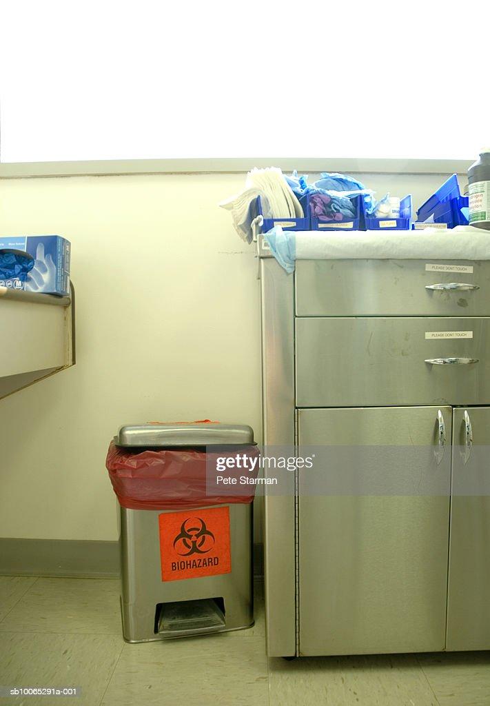Doctor's office with hazardous waste bin : Foto stock