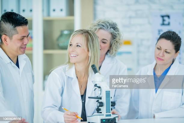 médicos investigación - laboratorio clinico fotografías e imágenes de stock