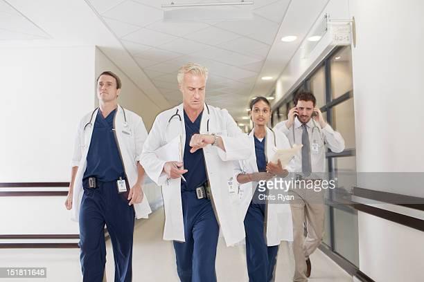 médecins se précipiter le couloir de l'hôpital - down blouse photos et images de collection
