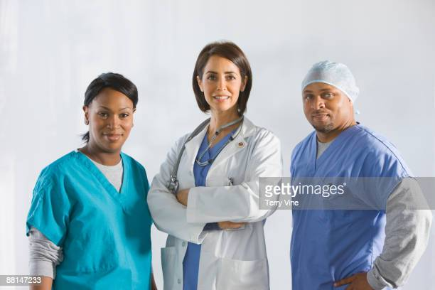 doctors standing in medical clothing - donna creola foto e immagini stock
