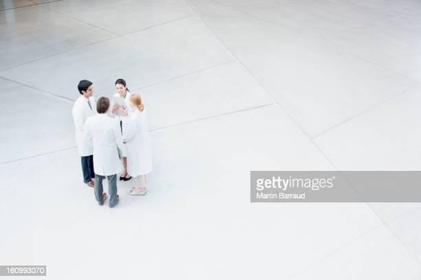 Los médicos hablando en el lobby