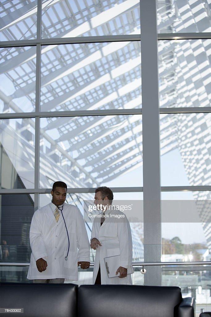 Doctors talking : Stockfoto
