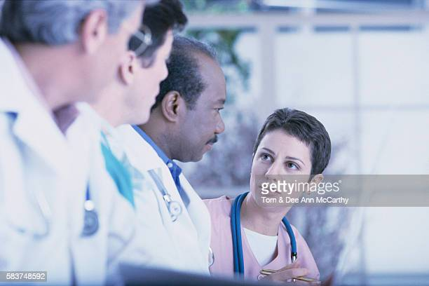 doctors talking to nurse - dr dee stock pictures, royalty-free photos & images