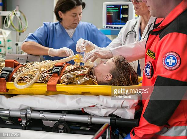 doctors using oxygen mask on patient - oxygen mask stock pictures, royalty-free photos & images
