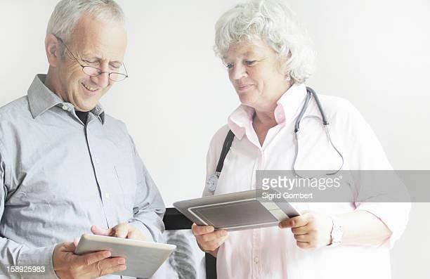 doctors using tablet computers - sigrid gombert fotografías e imágenes de stock