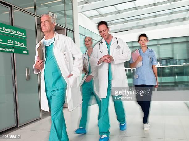 Arzt mit weiblichen Krankenschwester in Eile hospital