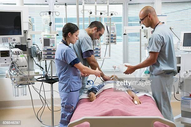 医師が患者に集中治療室