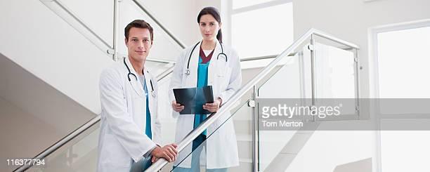 Ärzten mit x-ray auf Treppe