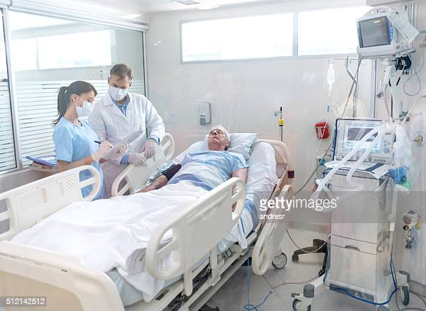 doctors working at the hospital - intensive care unit stock pictures, royalty-free photos & images