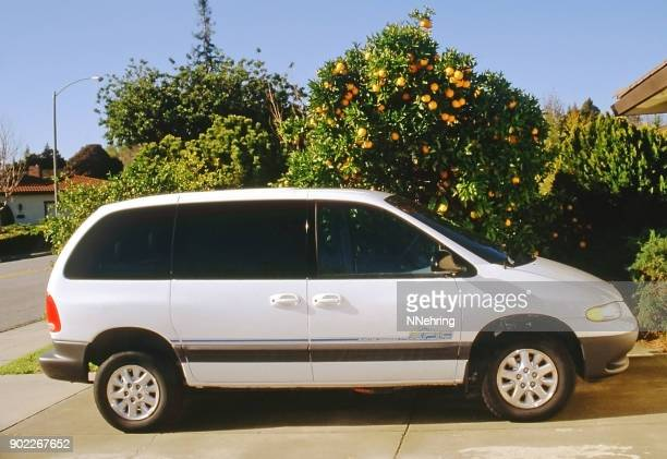 1999 dodge epic electric van parked in driveway - 1990 1999 imagens e fotografias de stock