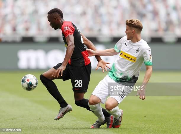Dodi Lukebakio of Hertha BSC battles for possession with Nico Elvedi of Borussia Moenchengladbach during the Bundesliga match between Borussia...