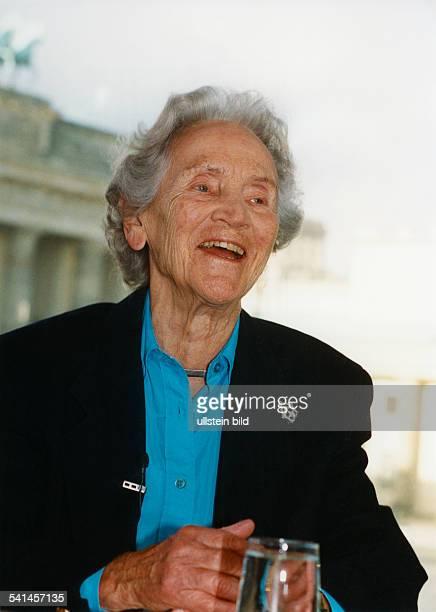 Doenhoff, Marion Graefin *02.12..2002+Journalistin, Publizistin, DHerausgeberin der Wochenzeitung 'Die Zeit'- Halbportrait