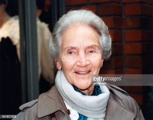Doenhoff, Marion Graefin *02.12..2002+Journalistin, Publizistin, DHerausgeberin der Wochenzeitung 'Die Zeit'- Portrait- 1996
