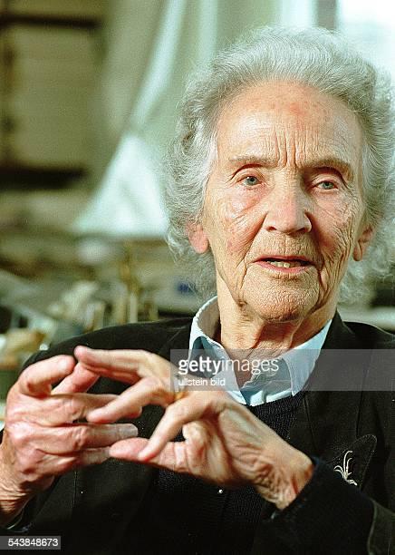 Doenhoff, Marion Graefin *02.12..2002+Journalistin, Publizistin, DHerausgeberin der Wochenzeitung 'Die Zeit'- Portrait in ihrem Redaktionsbuero-