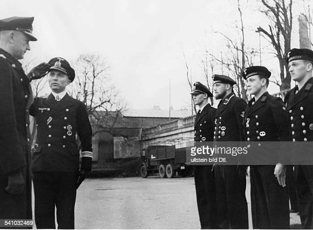 Doenitz Karl *16091891Marineoffizier DOberbefehlshaber der Kriegsmarine im IIWK nimmt als Konteradmiral die Meldung des Kommandanten Kapitaenleutnant...