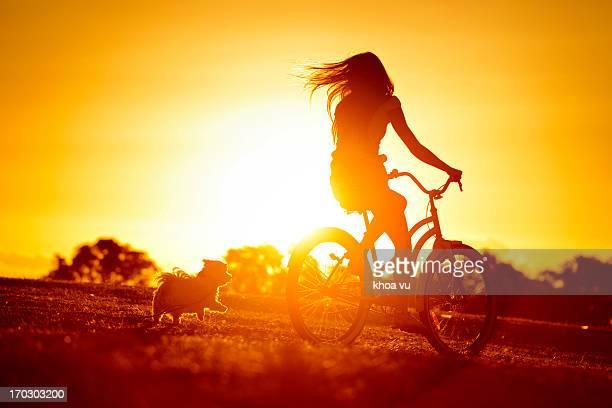 dog chasing girl - laranja cores imagens e fotografias de stock