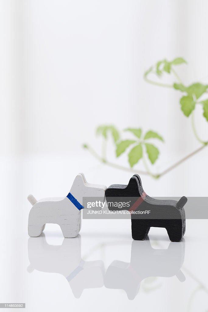 Dog figurines kissing : ストックフォト
