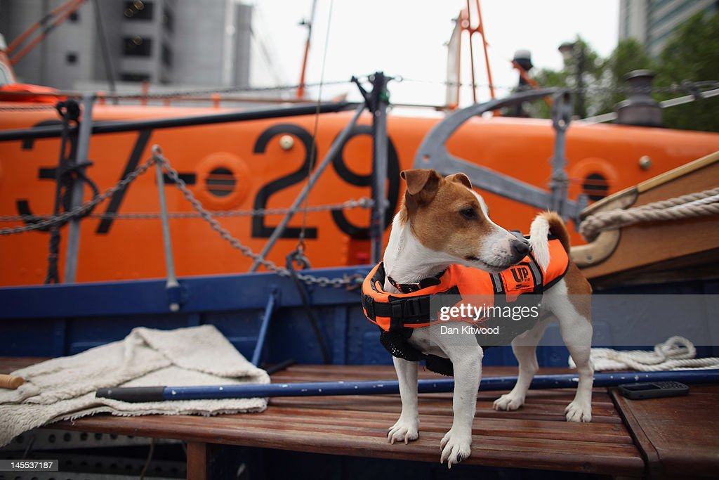 Mariners Prepare Their Boats Ahead Of The Jubilee River Pageant On Sunday : News Photo