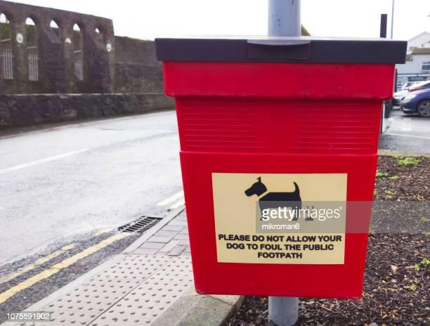 dog waste bin - excremento fotografías e imágenes de stock
