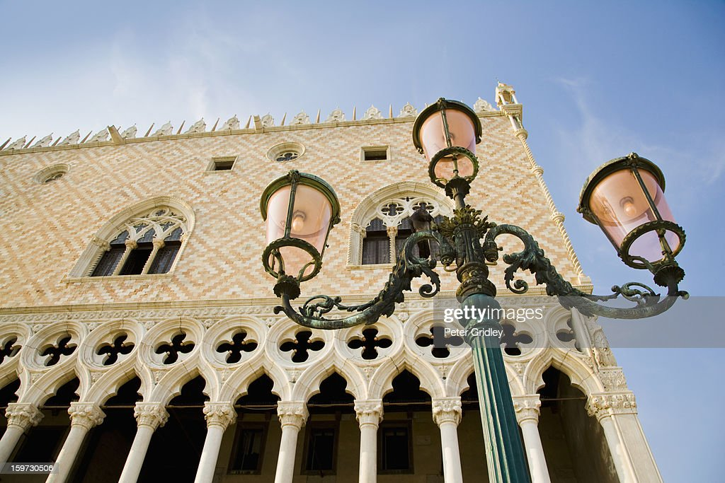 Doge's Palace and street lamp. Venice, Italy : Stock-Foto