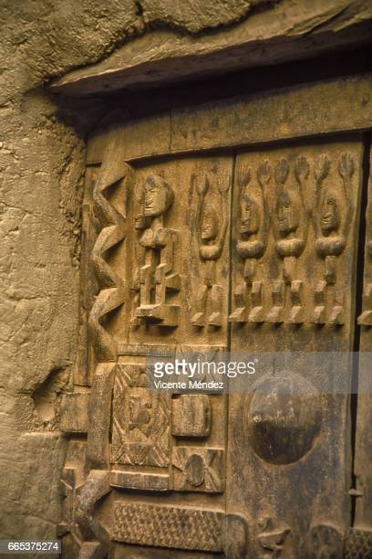dogon barn door, dogon country (mali) - áfrica del oeste stock pictures, royalty-free photos & images