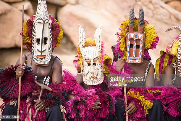 dogon folk dancers wearing masks - hugh sitton stock-fotos und bilder