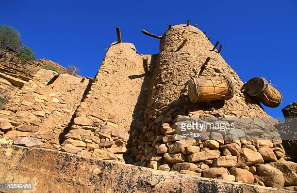 a dogon house made from mud brick and rock. inside is a number of separate rooms and a yard interlinked by stone walls. - れんが造りの家 ストックフォトと画像