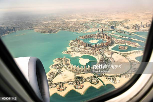 doha aerial view from the airplane - qatar fotografías e imágenes de stock
