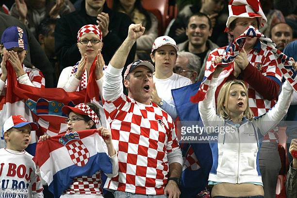 Fans of Croatian Ivan Ljubicic cheer for him during the onemillion dollar Qatar Open final tennis match against British Andy Murray in Doha 06...