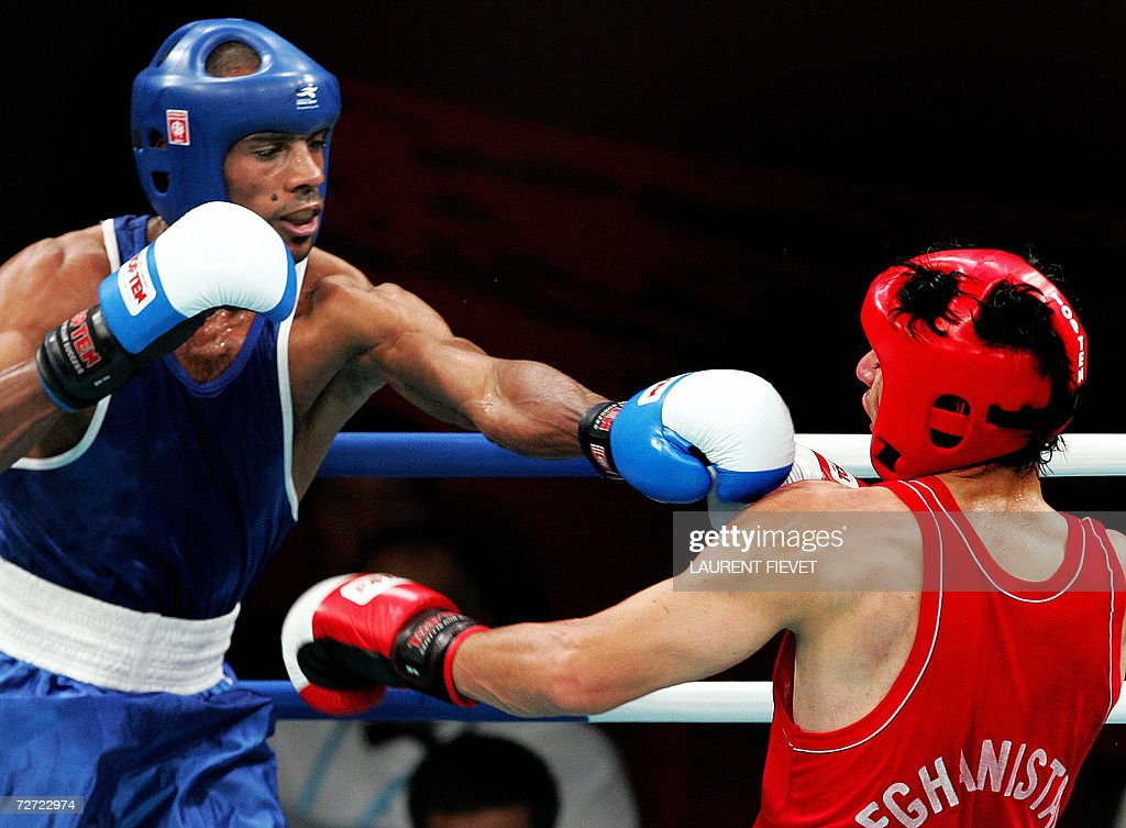 Iraqi Jabar Zuhir (L) throws a punch to : News Photo