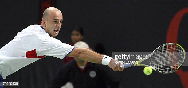 Ivan Ljubicic of Croatia returns to British Andy Murray during the onemillion dollar Qatar Open final tennis match in Doha 06 January 2006 Ljubicic...