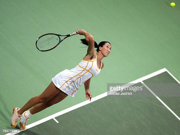 Jelena Jankovic of Serbia returns to Justine Henin of Belgium during their WTA Qatar Total Open semifinal match in Doha 02 March 2007 AFP PHOTO/KARIM...
