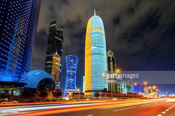 Trafic de Qatar Doha à la Corniche de Doha dans la nuit