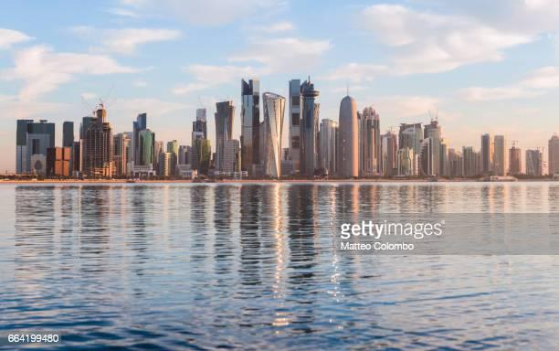 doha skyline at sunrise, qatar - doha - fotografias e filmes do acervo