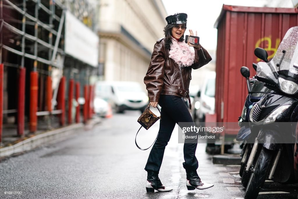 Street Style -Paris Fashion Week -Haute Couture Spring/Summer 2018 : Day Four : News Photo