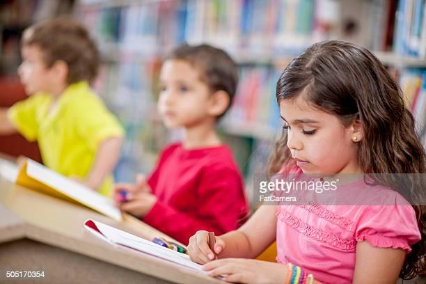 Fazer a coloração livro na escola