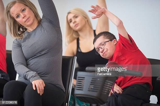 haciendo estiramientos juntos profunda - quadriplegic fotografías e imágenes de stock