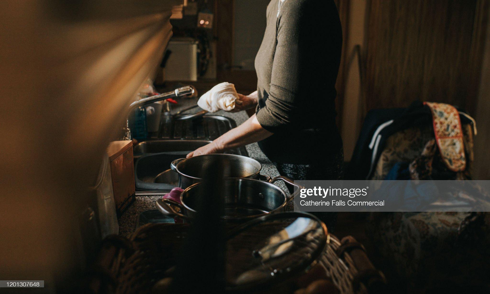 Trabajo doméstico,  trabajo   femenino. Inserción real e imaginaria en el modo de producción capitalista.Consecuencias negativas del feminismo que prácticamente benefician al capital. Doing-dishes-picture-id1201307648?s=2048x2048