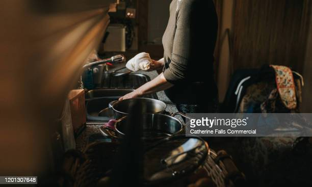 doing dishes - gender role fotografías e imágenes de stock