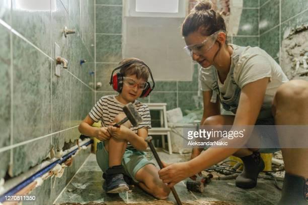 samen woningbouwproject doen - badkamer huis stockfoto's en -beelden