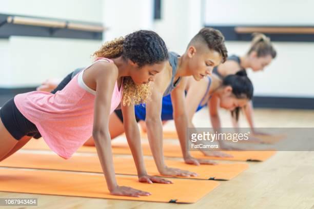 doen push-ups - trainen stockfoto's en -beelden