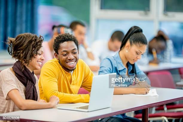 Recherchen auf einem Laptop in der Schule
