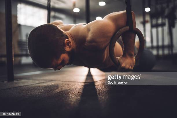 faire des exercices de l'anneau - gymnastique sportive photos et images de collection